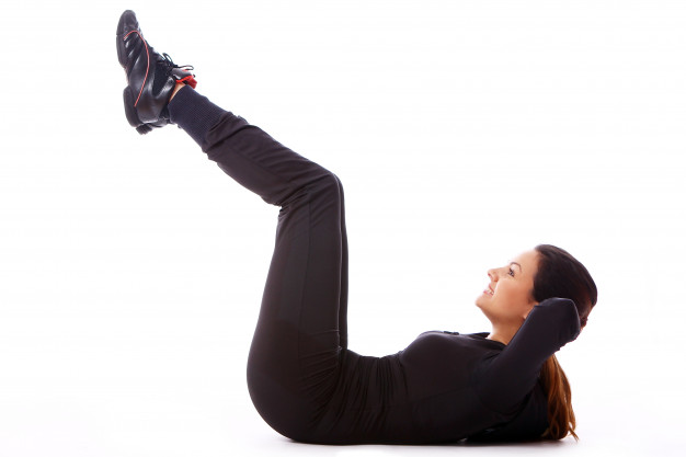 Manter as pernas na mesma posição e executar elevações do core (10 a 12 vezes)